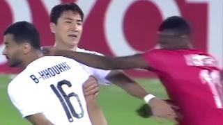 Qatarese voetballer slaat tegenstander vol in het gezicht
