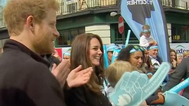 Leden Brits Koningshuis juichen voor marathonlopers Londen