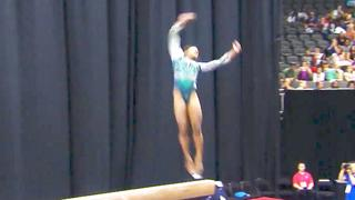Amerikaanse turnster Simone Biles maakt unieke afsprong