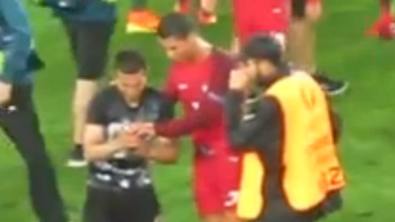 Ronaldo gaat op de foto met veldbestormer