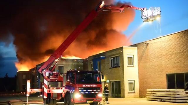 Brandweer blust grote brand in pand van autobedrijf in Eindhoven