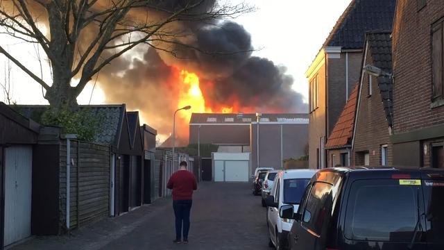 Eerste beelden grote brand industrieterrein Genemuiden
