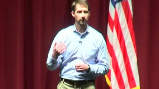 Republikeinse senator uitgejoeld door woedend publiek in Arkansas