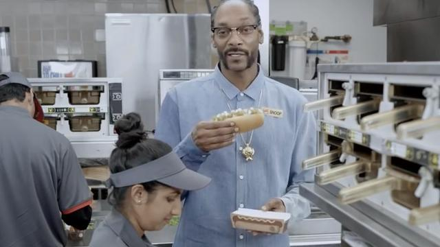Snoop Dogg in trainingsvideo hotdogs van Burger King