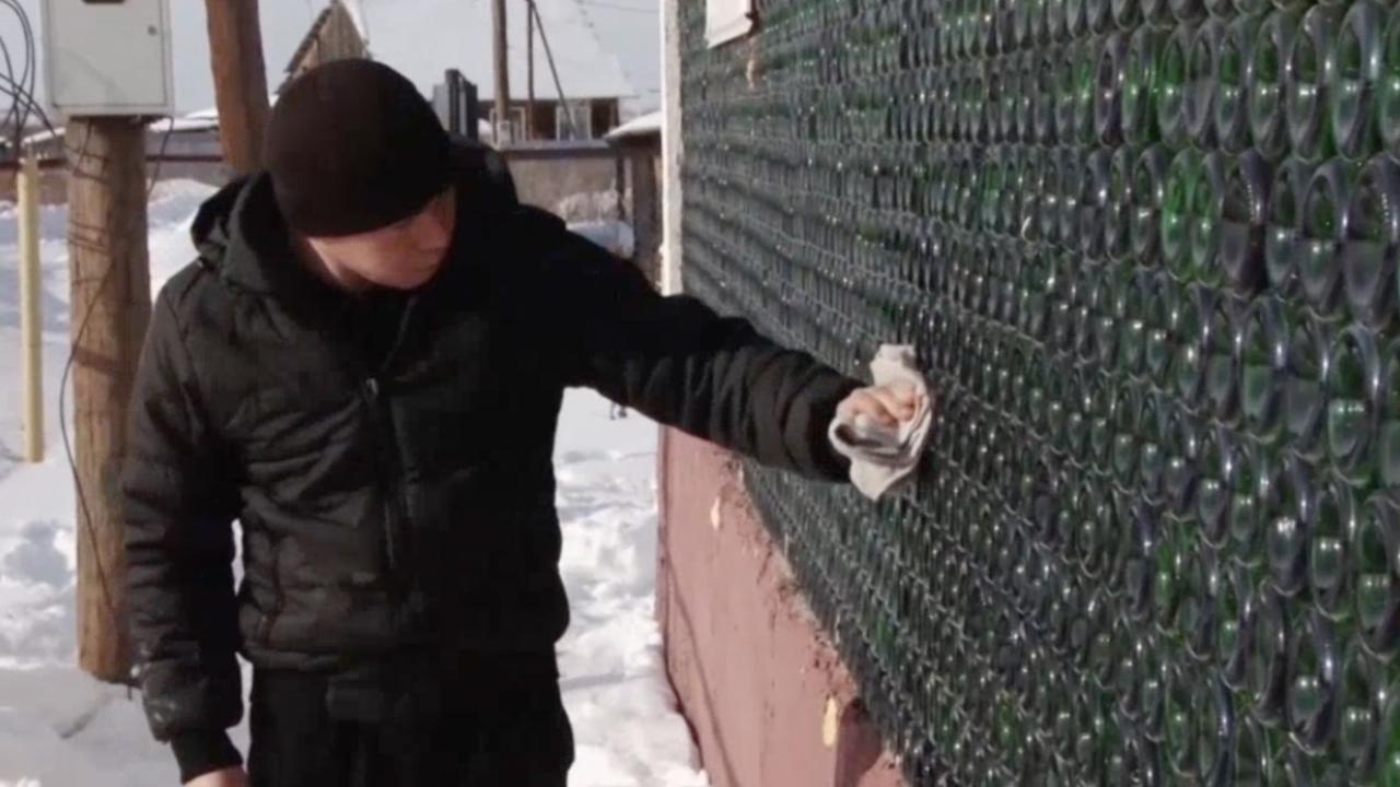 Rus bouwt huis van 12.000 lege flessen