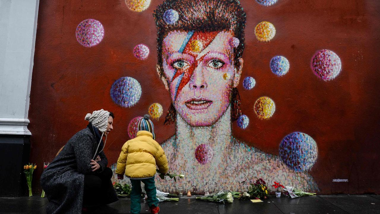 Fans leggen bloemen bij muurschildering Bowie in Londen