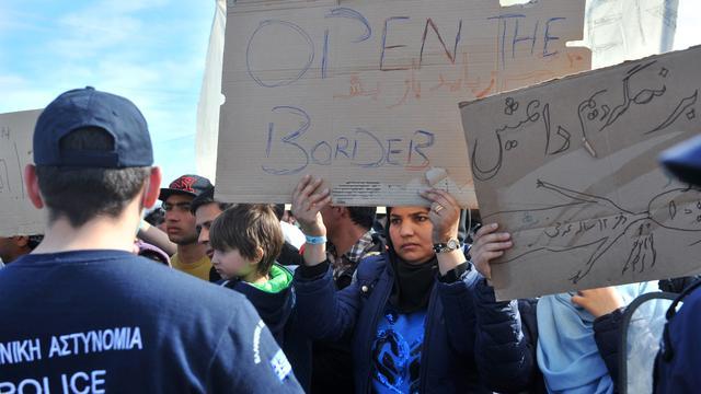 Griekse politie verwijdert vluchtelingen van treinspoor bij grens