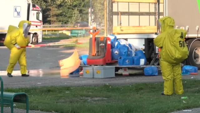 Vaten met bijtende stoffen ontploffen langs de A12