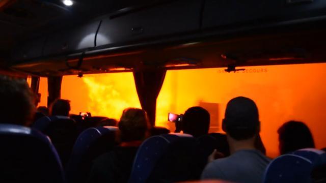 Passagiersbus rijdt vlak langs hevige bosbrand op Corsica
