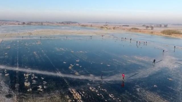 Drone filmt schaatsers op natuurijs in Friesland
