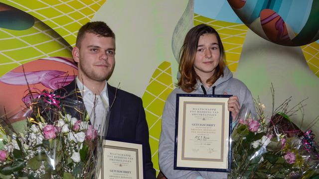 Van den Tillaar reikt bronzen medaille uit aan redders
