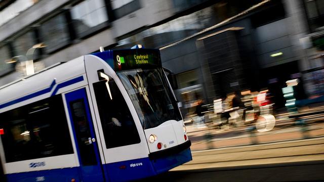 Twee lichtgewonden door aanrijding bus en tram op Martelaarsgracht