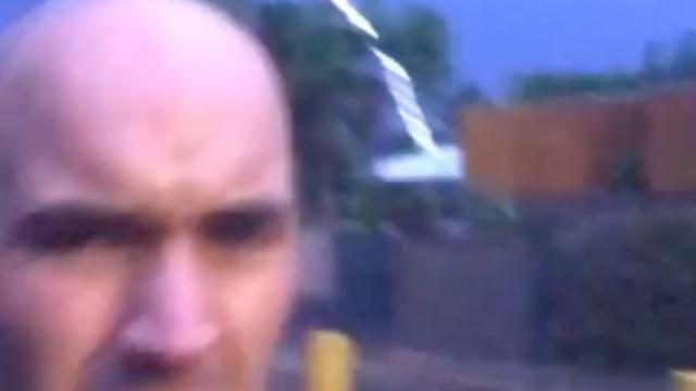 Man filmt blikseminslag vlak achter hem in Australië