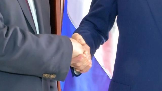 Koenders en Kerry schudden elkaar de hand na overleg