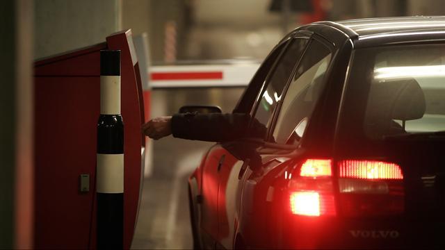 Bewoners straat Nieuw-West boos om parkeergarage die niet dicht kan
