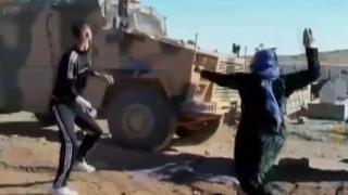 Koerden bekogelen Turks-Russsich konvooi in 'veilige zone' Syrië