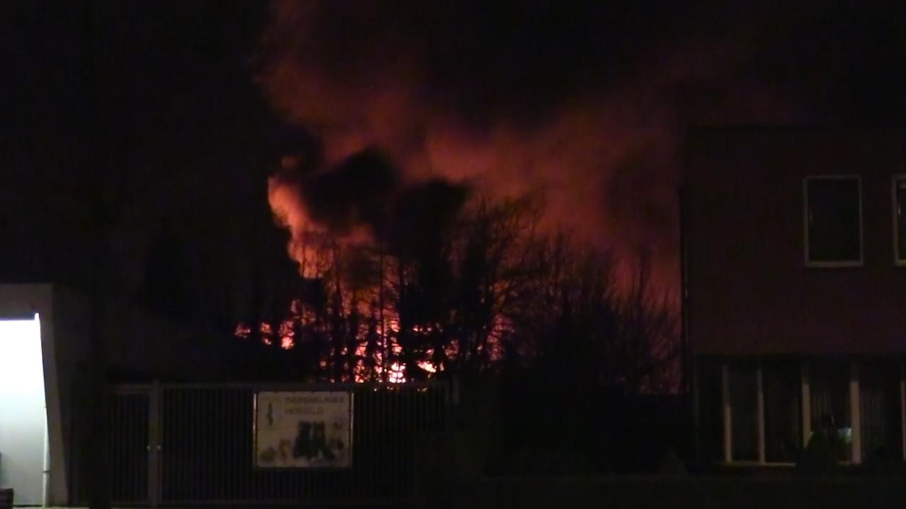 Twee flatgebouwen in Hengelo ontruimd na brand in ijsfabriek