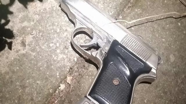 Politie houdt mannen met wapens aan