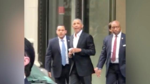 Obama haalt koffie bij Starbucks en wordt opgewacht door horde fans