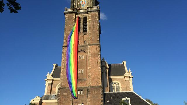 'Hang regenboogvlag aan elke kerk in Amsterdam'
