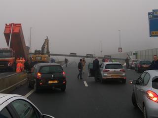 Twee voertuigen kwamen in botsing met de stalen constructie