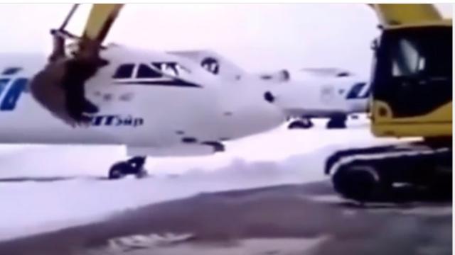 Russische man sloopt vliegtuig met graafmachine