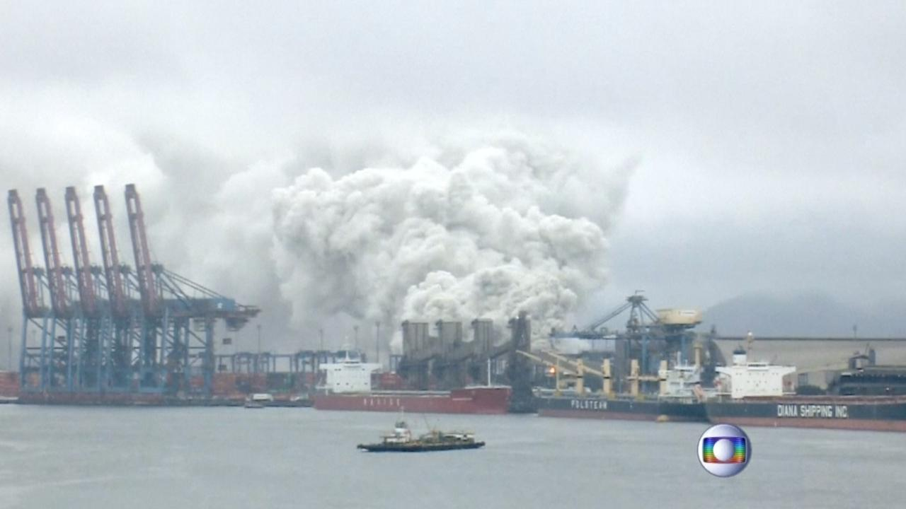 Flinke rookpluim met giftig gas boven Braziliaanse stad na explosie