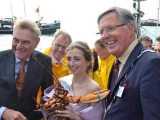 Eerste kreeft werd overhandigd aan Kreeftenkoningin Olivia de Bree