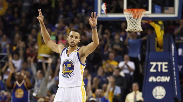 Curry breekt NBA-record met dertien driepunters