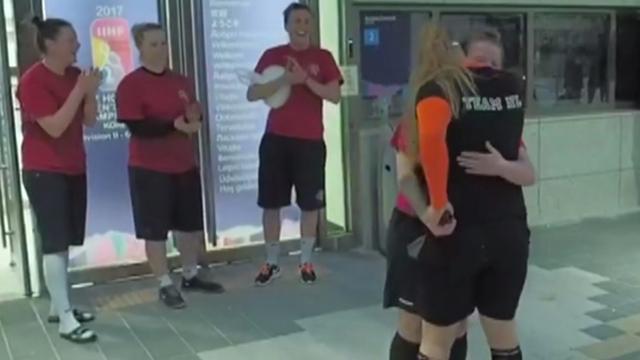 IJshockeyster vraagt teamgenote ten huwelijk na wedstrijd