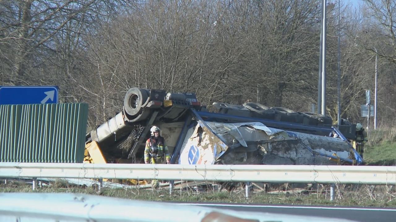 Tankstations Heerlen ontruimd na ongeval vrachtwagen op A76