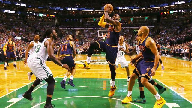 Cleveland blijft ongeslagen in play-offs NBA na monsterzege in Boston