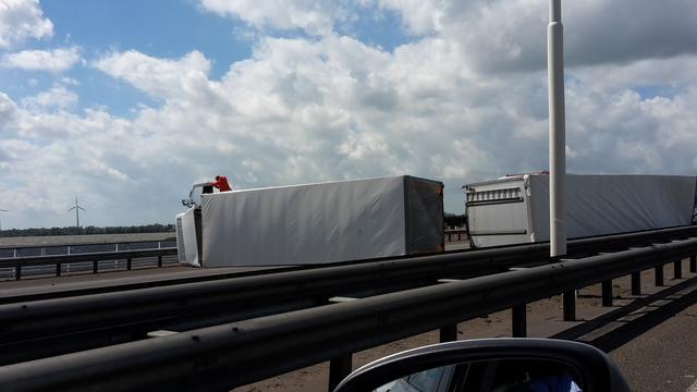 Verkeerschaos door gekantelde truck op A16 richting Breda