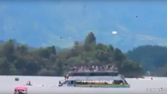 Amateurbeelden van zinkend toeristenschip in stuwmeer Colombia
