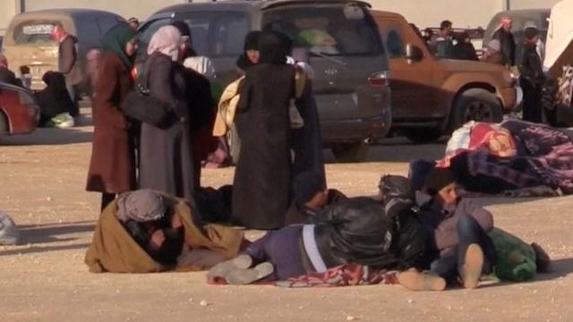 Syrische vluchtelingen wachten bij Turkse grensovergang
