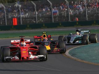 Duitser wint in Melbourne mede doordat Verstappen concurrent Hamilton ophoudt