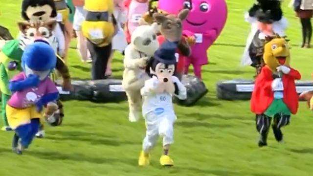 Tekenfilmfiguren en mascottes houden race in Engeland
