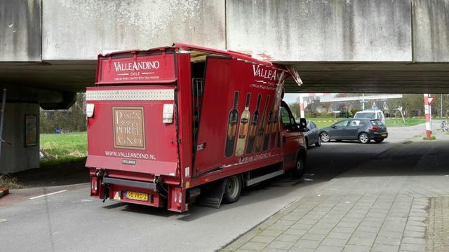 Bestelwagen klem onder viaduct Pop Dijkemaweg