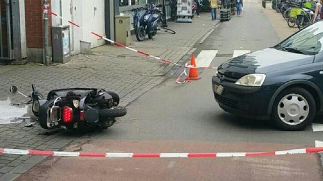 Snorscooter en auto botsen op Langegracht