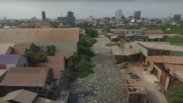 Dronevideo laat zwaar vervuilde rivier in Cambodja zien