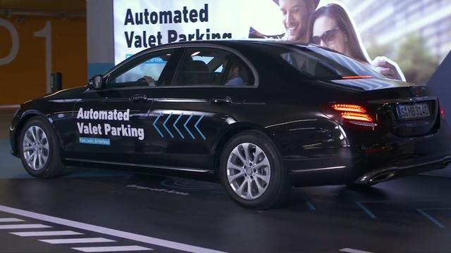 Daimler toont zelfparkerende auto in slimme garage
