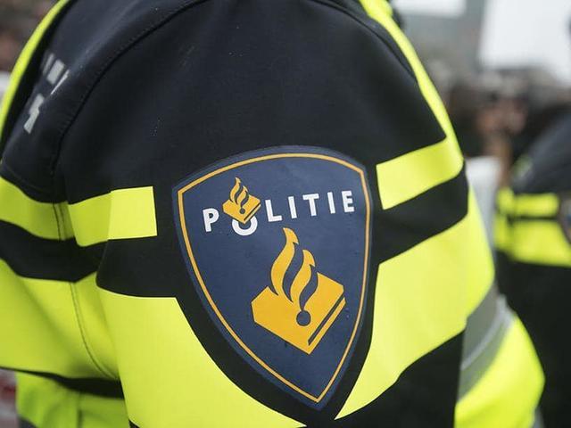 Politie deelt flyers uit in onderzoek naar dode man in Fries weiland