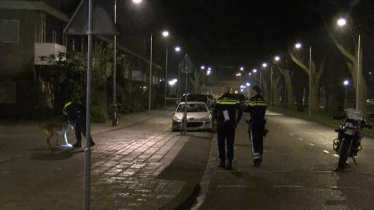 Politie onderzoekt beschoten auto Vening Meineszlaan