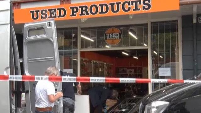 'De auto draait om en hij ramt de hele voordeur de winkel door'