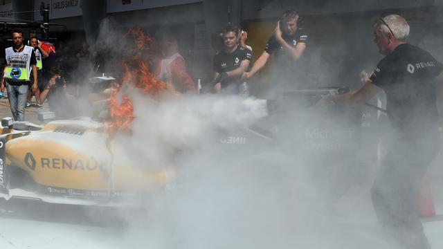 Verstappen zevende in vrije training, auto Magnussen vliegt in brand