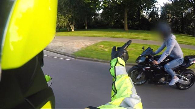 Agent betrapt man op motorrijden zonder rijbewijs
