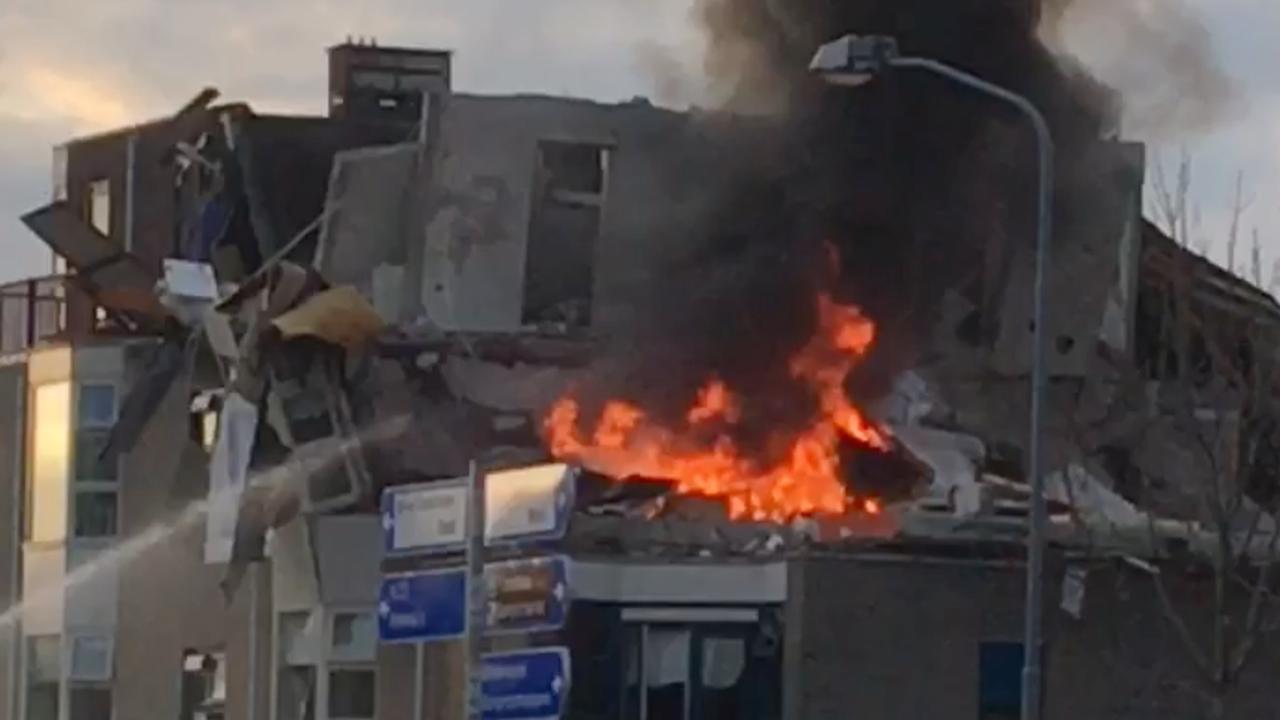 Vlammen slaan uit flat Veendam na explosie