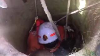 Brandweerman valt flauw na redden oude man uit put in China
