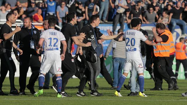 Bastia bestraft fans die Lyon-spelers aanvielen met stadionverbod