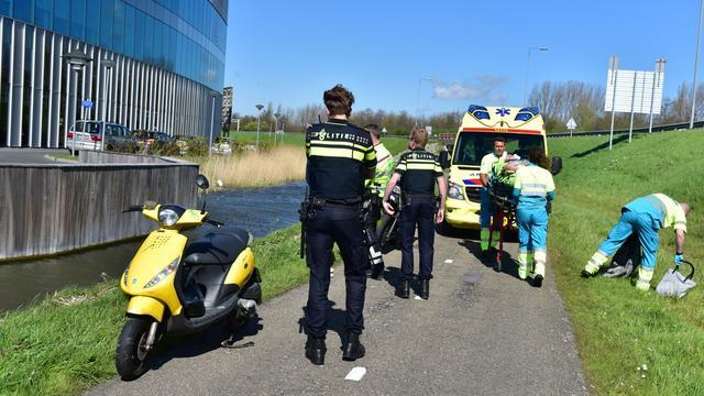 Vrouw gewond na val met scooter